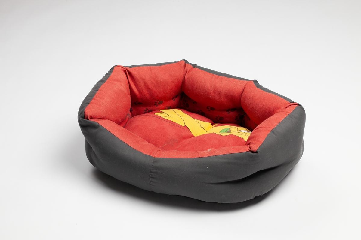 Hunden Pluto (Walt Disney) er avbildet som liggende i hundesengen. Det er dessuten poteavtrykk på innsidene av hundesengen.