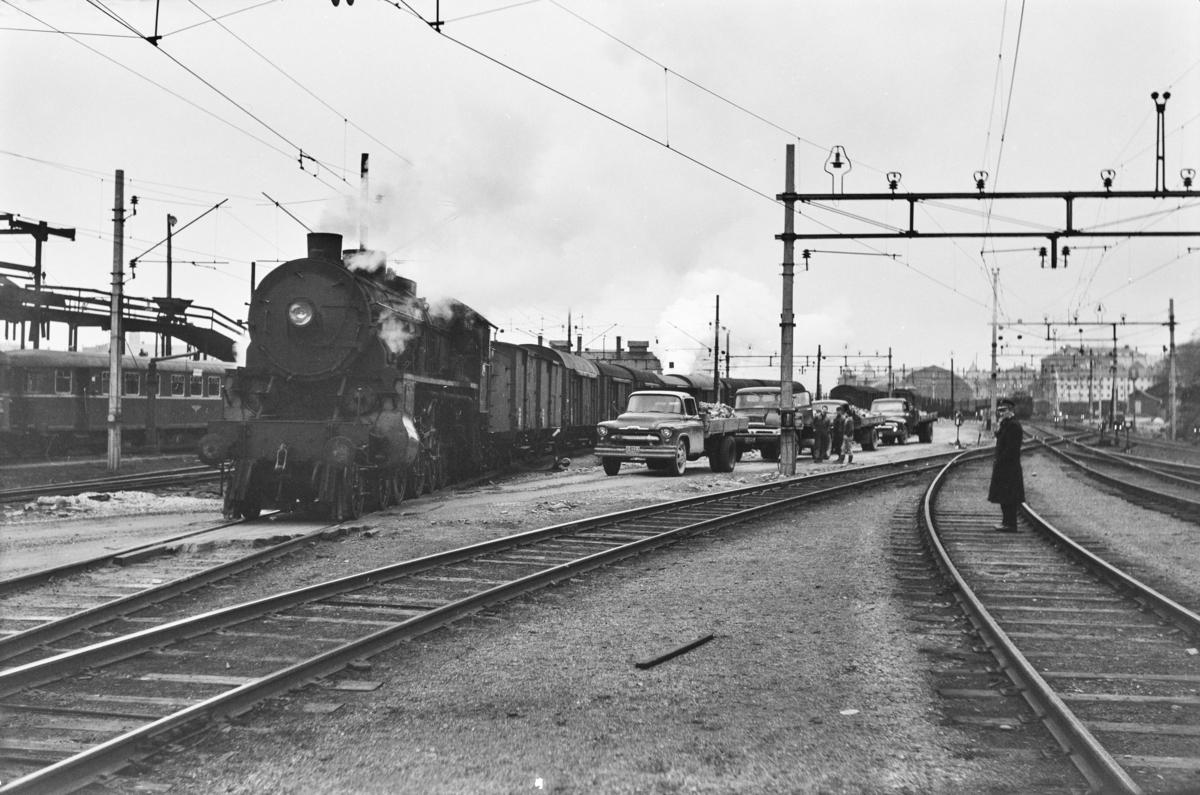 Godstog retning Oslo, tog 5516, på Bergen stasjon. Toget trekkes av damplokomotiv type 31b nr. 426.