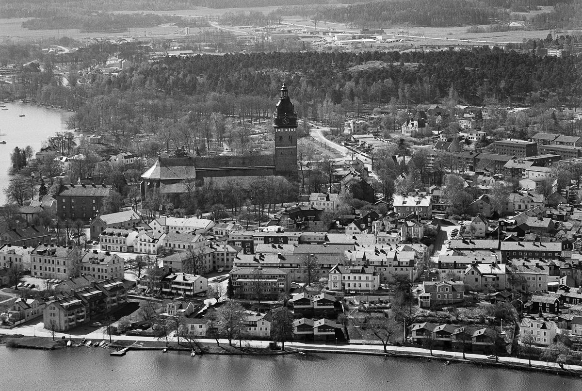Strängnäs centrum, där Domkyrkan verkligen dominerar stadsbilden.  OBS! två bilder.