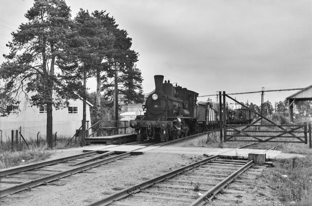 Underveisgodstog til Hamar, tog 5294, ved Oplandske sag mellom Hjellum og Hamar. Toget trekkes av damplokomotiv type 18c nr. 184.