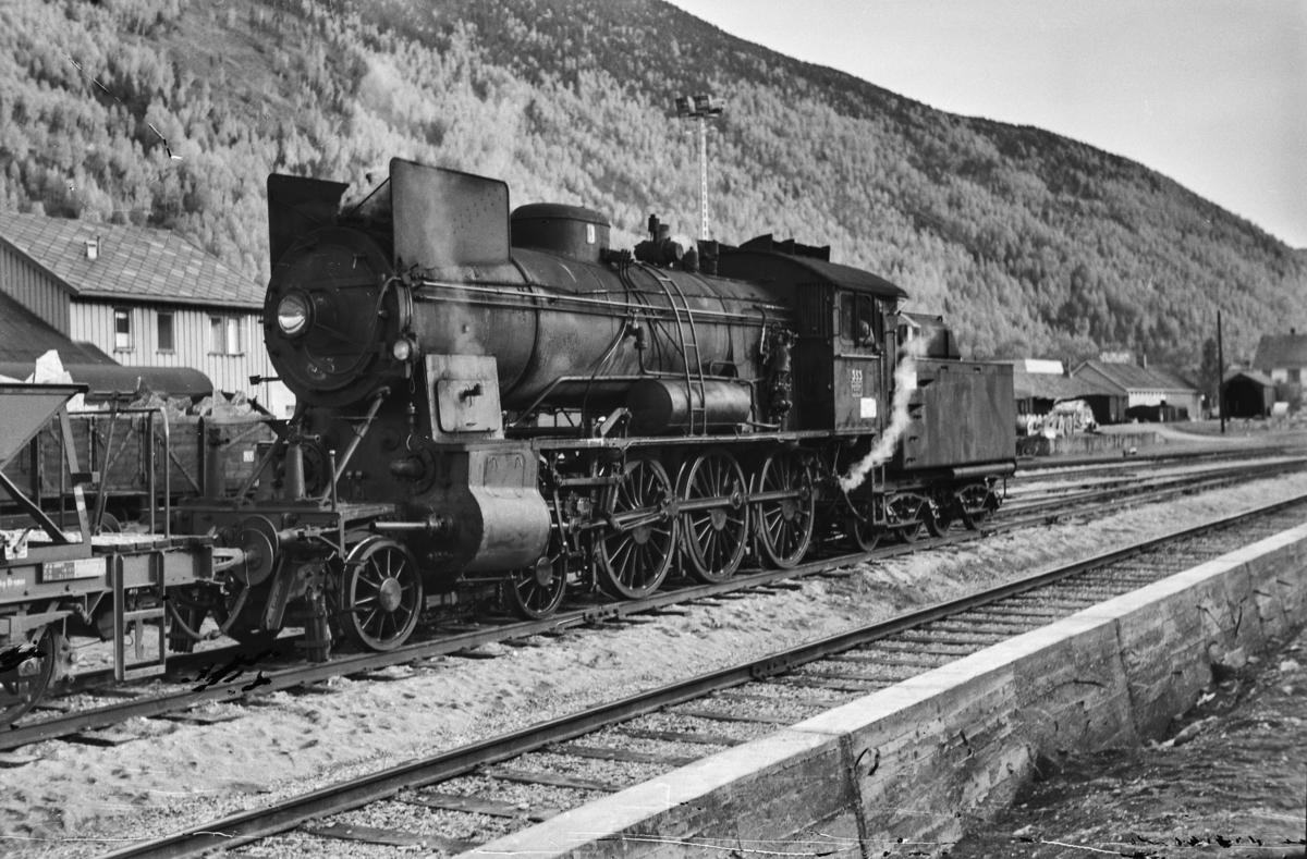 Arbeidstog på Otta stasjon. Toget trekkes av damplokomotiv type 30b nr. 353