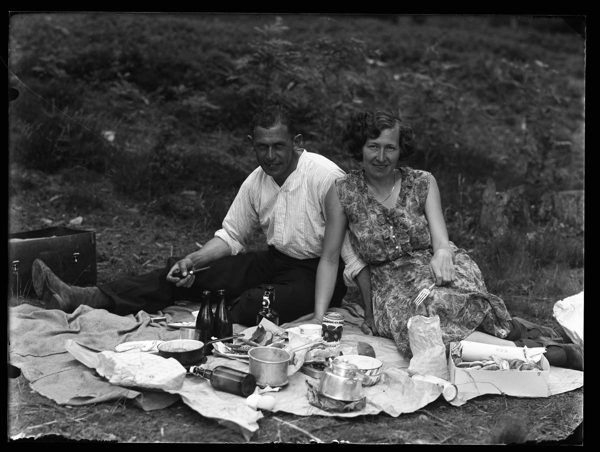 Hugo Larsson och Märta Karlsson fotograferade på Risö medan de har picknick.