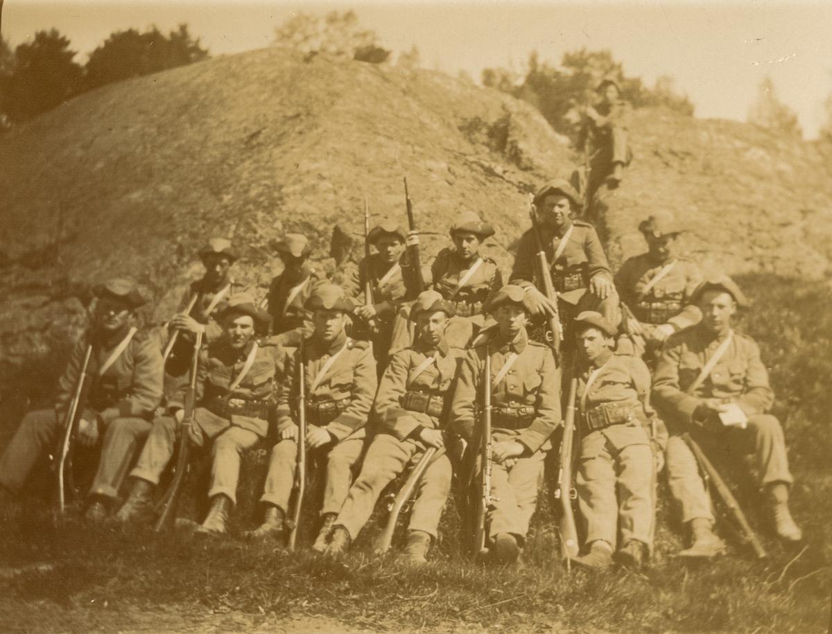 """Text i fotoalbum: """"Oscar Fredriksborg. Våren 1916. Halvtroppen."""""""