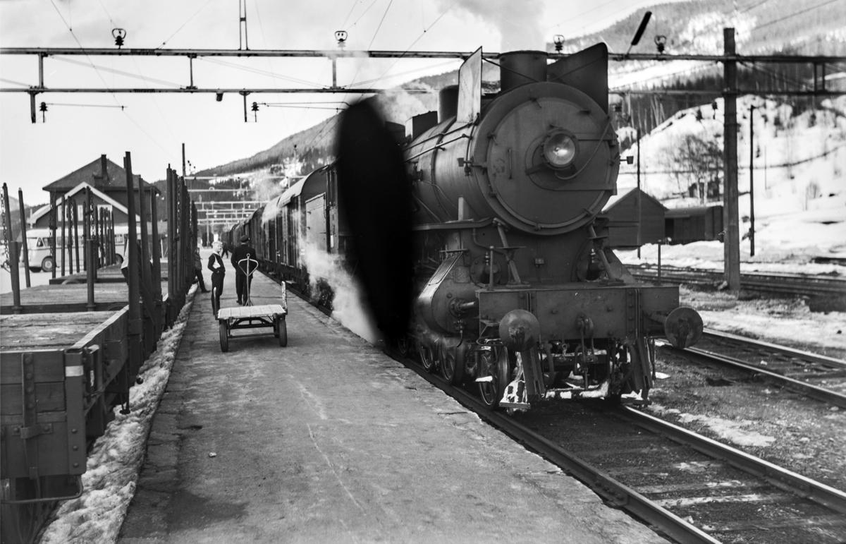 Godstog til Bergen på på Ål stasjon. Toget trekkes av damplokomotiv type 31a nr. 320.