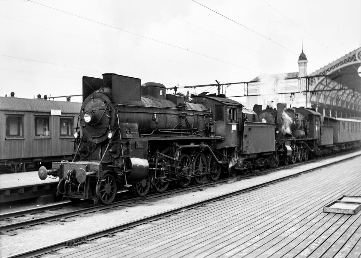 Damplokomotiv type 26c nr. 398 og damplokomotiv 30b nr. 347 på Oslo Østbanestasjon med tog til Gjøvik. Bak lokomotivet personvogn litra BDFo3-16 type 1 nr. 238 eller 239, opprinnelig levert til AS Valdresbanen.