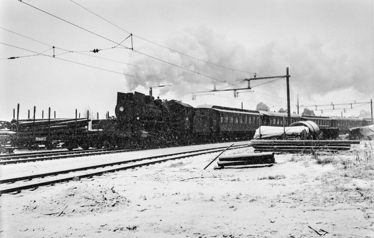 Ekstratog 7389 i forbindelse med hjemreisen fra påskeferie 2. påskedag, kjører ut fra Hamar restning Røros.  Toget trekkes av damplokomotiv type 26a nr. 230.