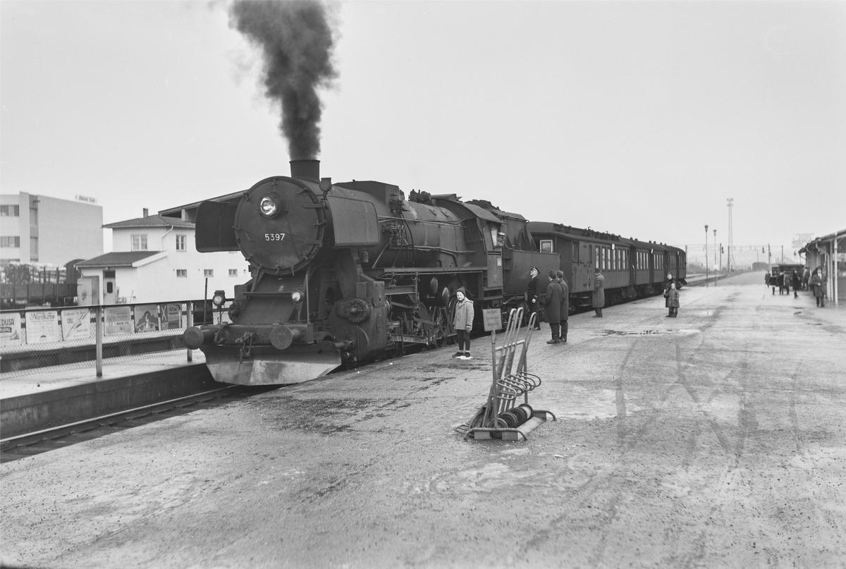 Forstadstog nr. 1726 fra Trondheim til Støren før avgang fra Trondheim stasjon. Toget stoppet på alle stasjoner og holdeplasser og brukte 1 1/2 time til Støren. Toget trekkes av damplokomotiv type 63a nr. 5397.