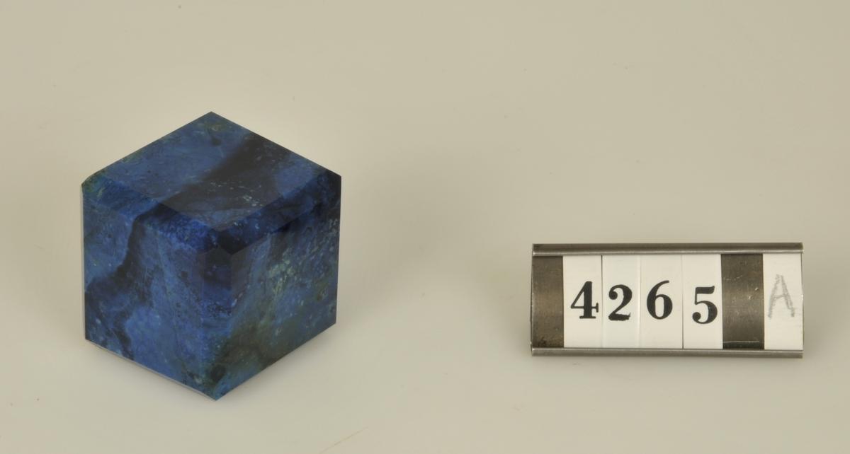 Av slipade halvädla stenar.  a) Azurit.  b) Bandagat.  Storlek: 4 x 4 cm.
