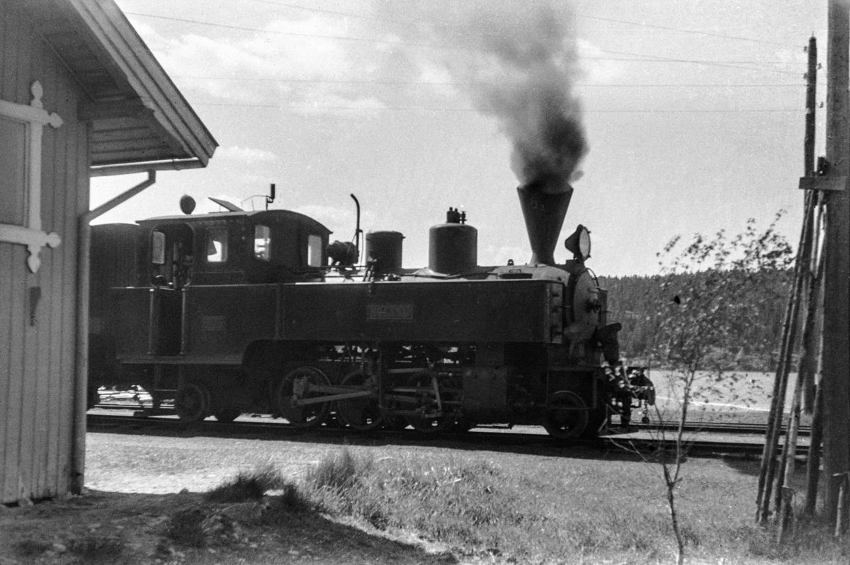 Blandet tog fra Skulerud til Sørusamd på Skulerud stasjon. Toget trekkes av damplokomotiv nr. 6 HØLAND.