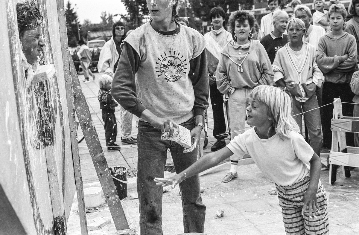 """""""Lørdags-sirkus"""" i Ski sentrum. Dramagruppen ved Kjellern fritidsklubb arrangerer morro og mange overraskelser. Bløtkakekasting og Ski musikkpaviljong."""