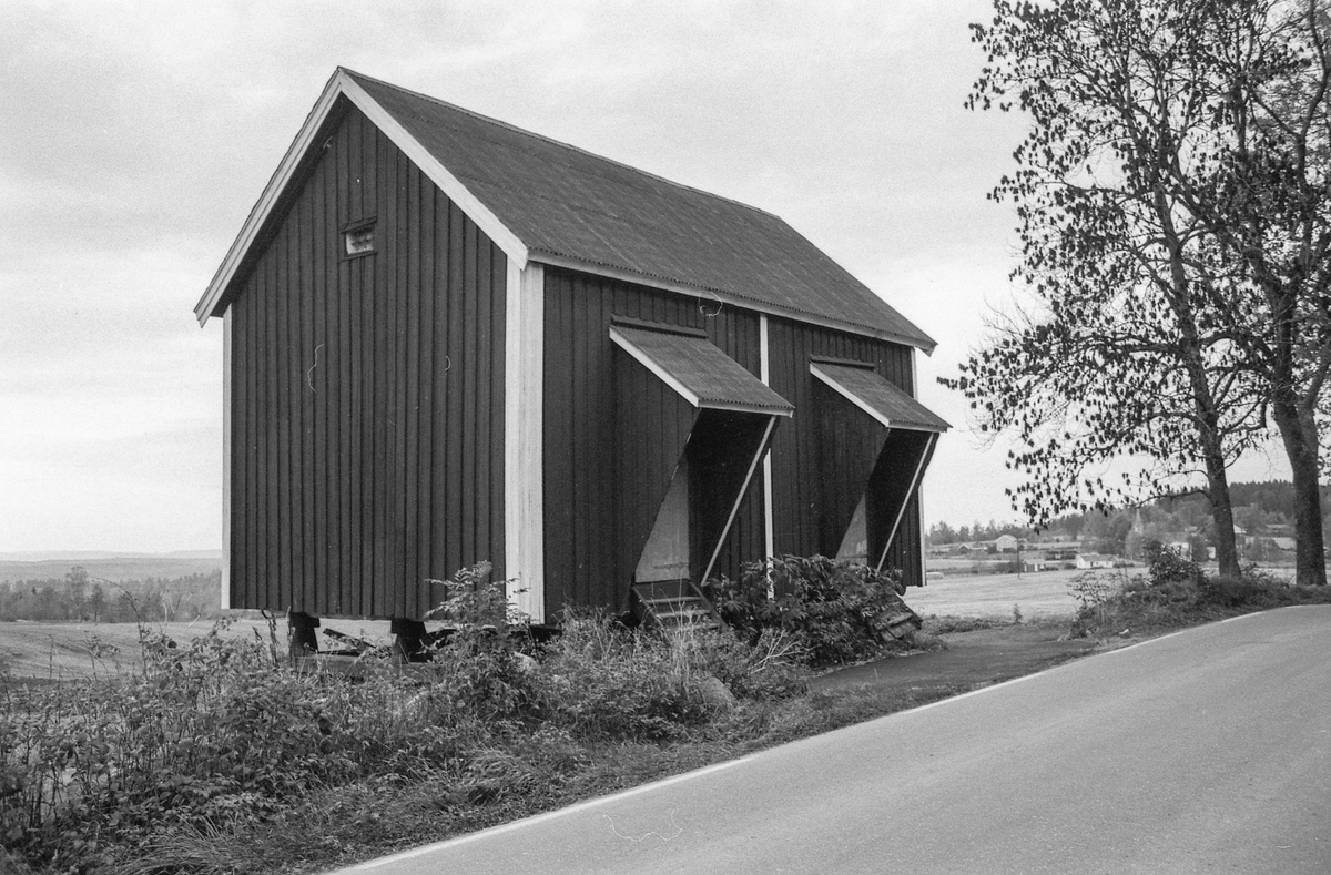 """""""Teltbua"""" på Riis gård i Nordby. Ligner på et stabbur, men har to overbygde dører."""