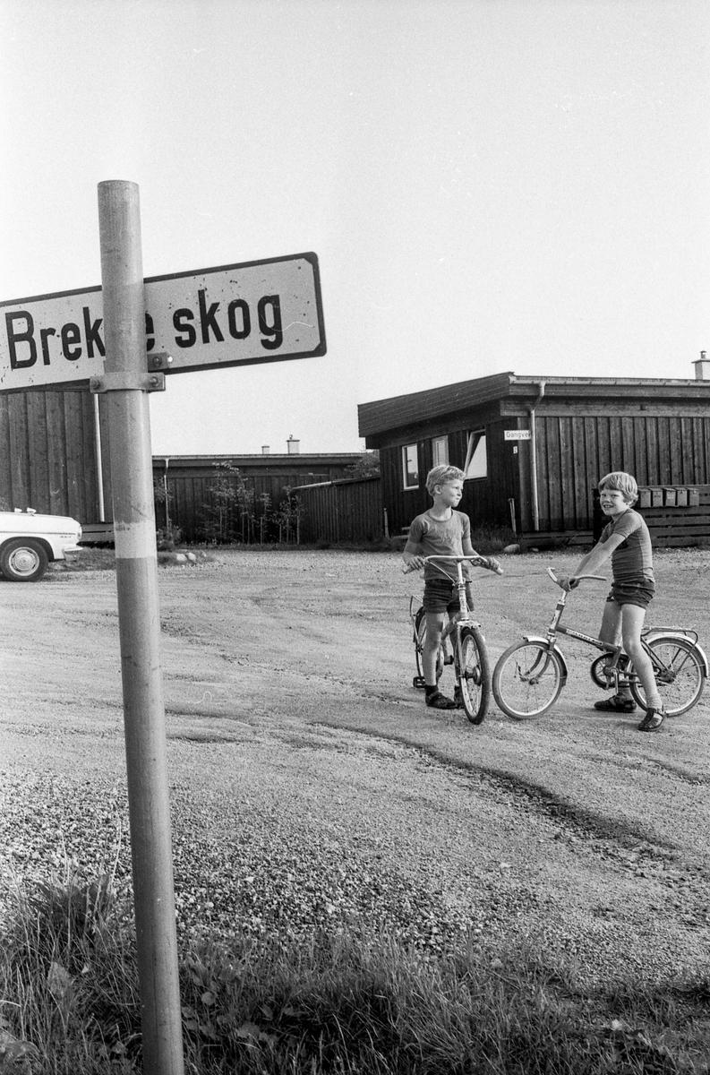 Brekkeskog Boligfelt. To gutter på sykler. Fotograf: ØB Ukjent