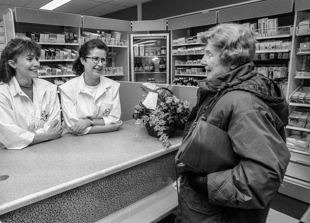 Nytt apotek på Langhus. Fra venstre: Runa Hauge, Torill Rustad Johnsen og kunde Anne Førsund.