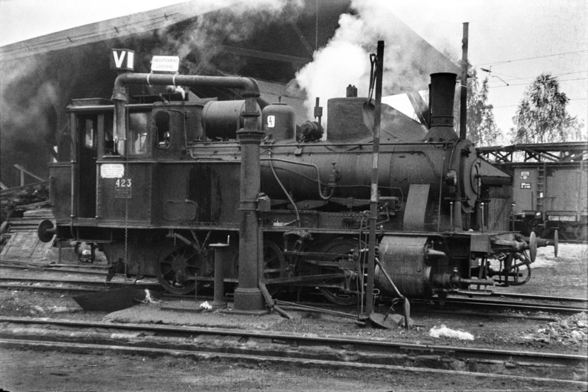 Damplokomotiv type 25b nr. 339 ved vannstenderen ved lokomotivstallen på Hønefoss stasjon.