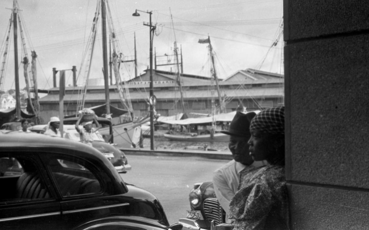 Parti fra havnen i Willemstad, hovedstaden på Curacao. Suderøy på vei til fangstfeltet.