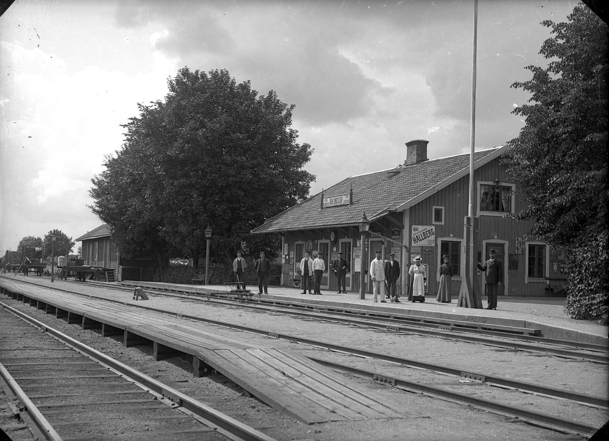 Litet stationshus i trä, byggt 1871. Påbyggt med en våning 1910.Stationen öppnad 11.11.1871, hållplats fr o m 31.5.1964, Stationshuset var i trä och hade en våning. Det låg väster om banan och påbyggdes med en våning 1910. Det revs i september 1988. Stationen anlades 1868.