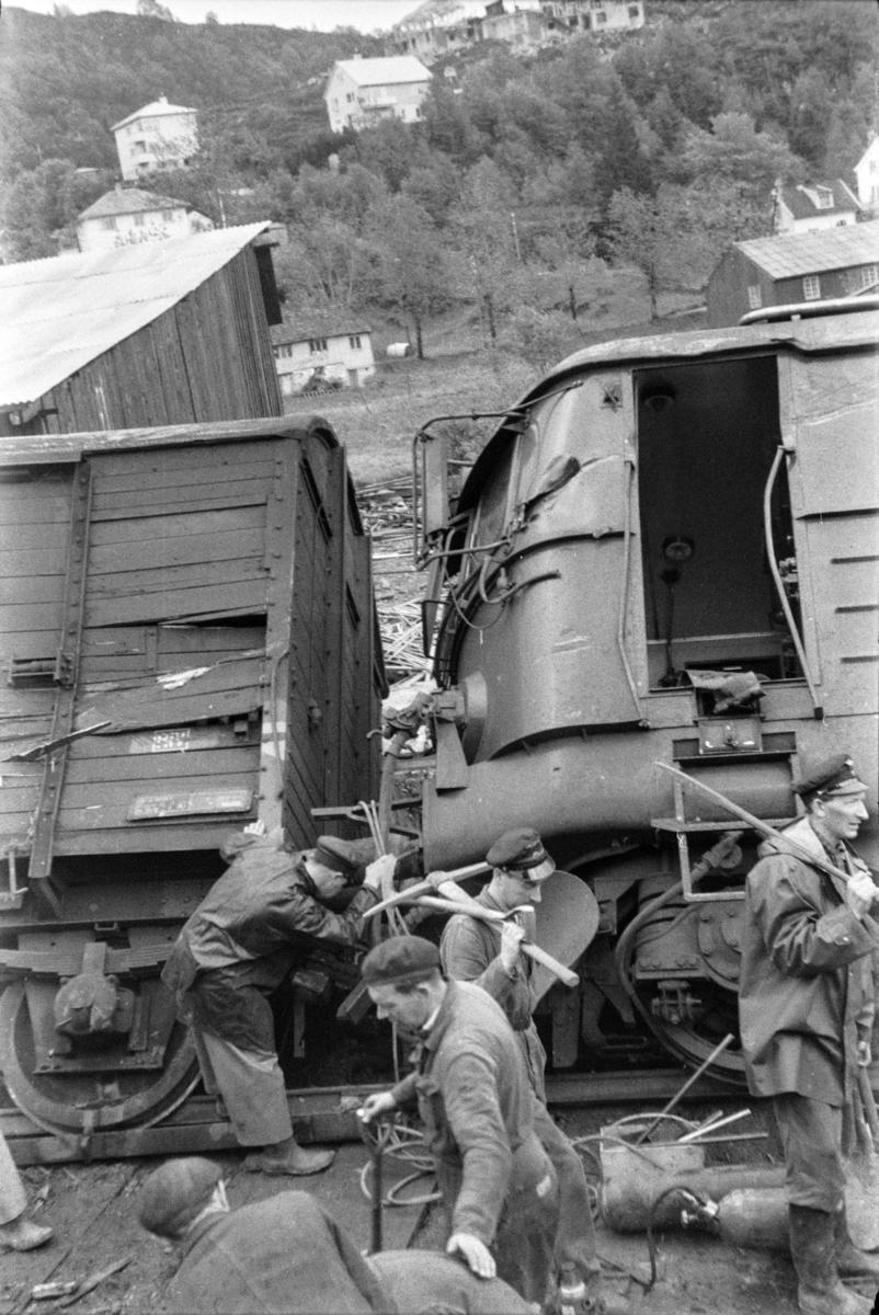 Sammenstøt mellom el.lok El 11 2091 i tog 611 fra Voss og en gravemaskin ved Midttun lastespor. Lokomotivføreren ble drept.