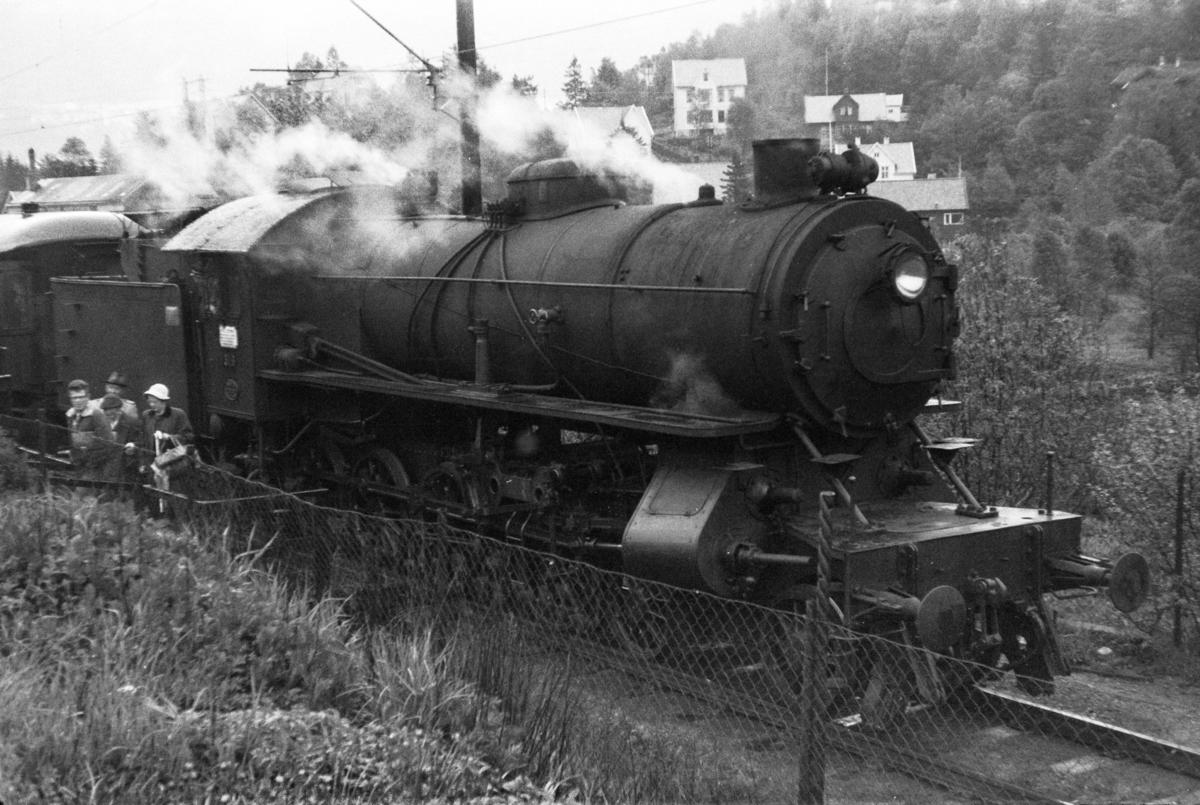Damplokomotiv type 31a nr. 319 med lokaltog på Kristianborg holdeplass.