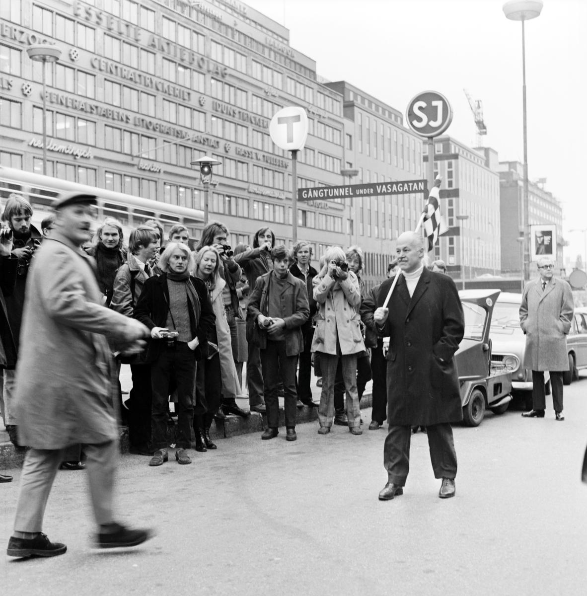 """""""En timme i tiden"""". BFF-jippo i samband med 75-årsjubileet i Stockholm. Fotot taget vid taxiplan mellan Stockholm Central och Vasagatan."""