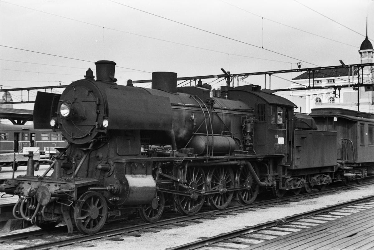 Damplokomotiv type 30c nr. 469 med persontog på Oslo Østbanestasjon.
