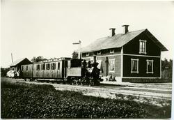 Station anlagd 1887. En och enhalvvånings stationshus i trä