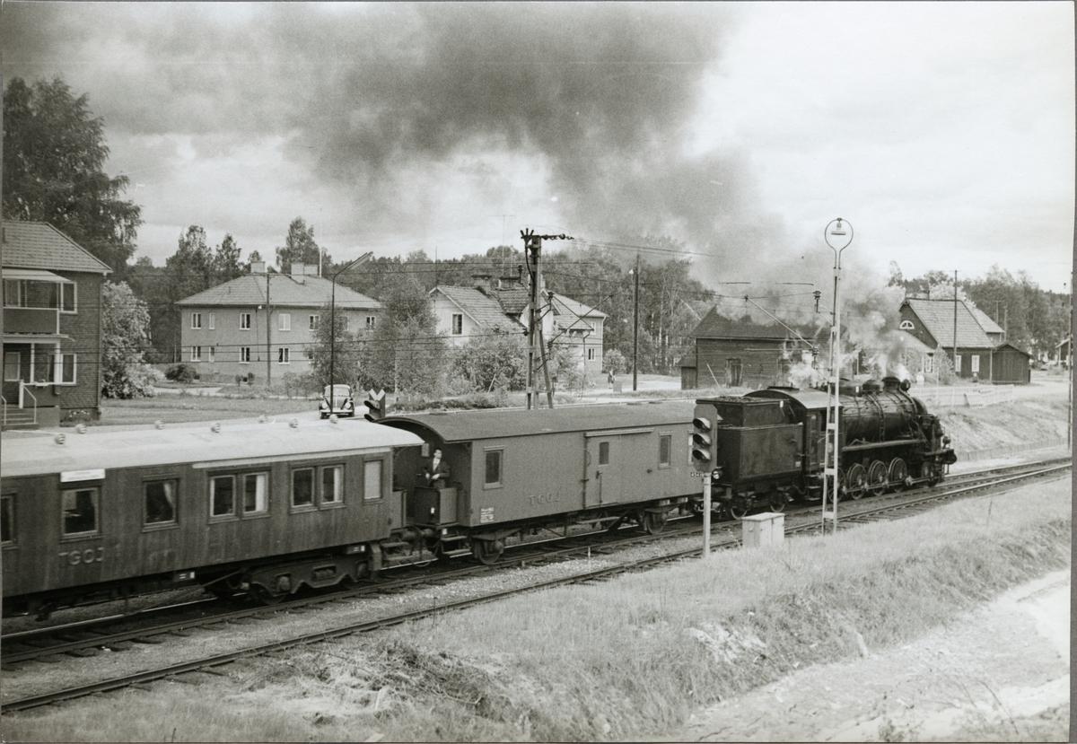 Svenska Järnvägsklubbens tåg draget av Trafikaktiebolaget Grängesberg - Oxelösunds Järnvägar, TGOJ M3t 71, gör uppehåll under resan.
