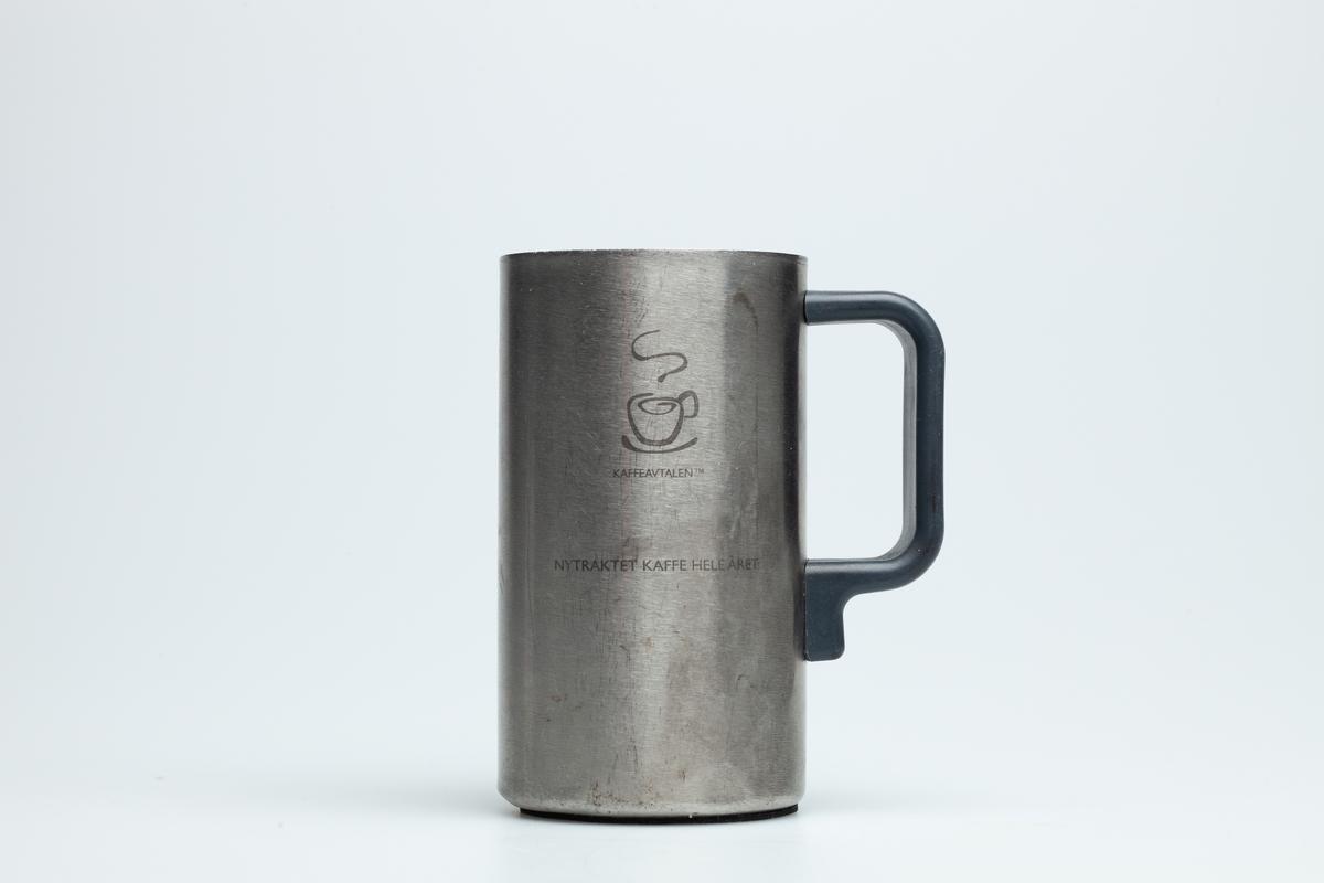 En Hydro Texaco kopp i grå metall med sort hank i hard plast. Uten lokk. På koppen er logo til YX Texaco og Friele kaffe og en tegning av en kaffekopp. Under hanken er en tegning av et glass og en gaffel.  Hydro Texaco koppen har eksistert siden 1997, også kalt Kaffeavtalen. Ved kjøp av koppen får bilisten gratis kaffe på alle YX Hydro Texaco stasjoner i landet, når bare vedkommende bruker koppen.   Samlet inn i forbindelse med MiAs prosjekt Bensinstasjoner i Akershus 2016-2018.