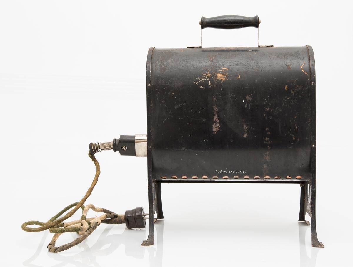 Elektrisk varmeovn, stråleovn i sort jern. Håndtak på toppen. Med kabel og støpsel.