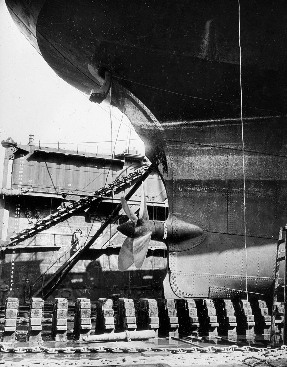 Detalj av akterdel med propell, skip i tørrdok.