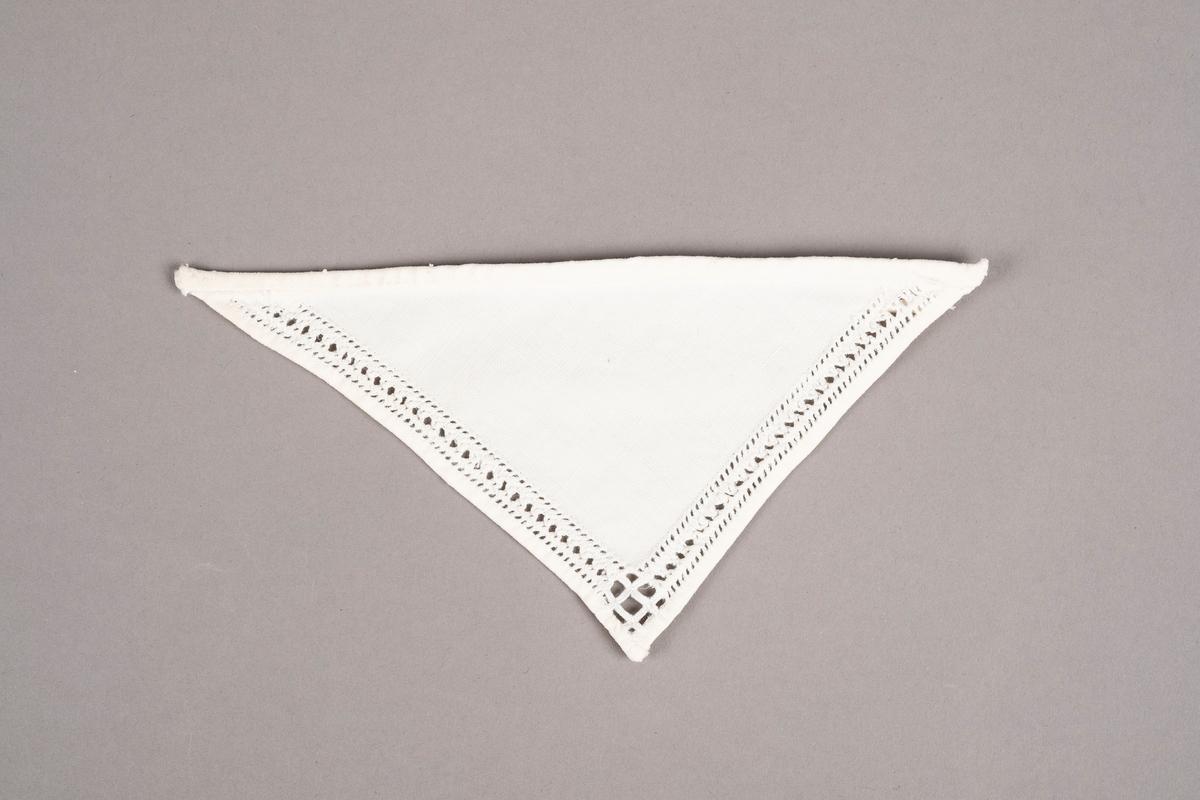 Et trekantet tøystykke brodert med hardangersøm på to sider. Trolig brukt som pyntekrage.