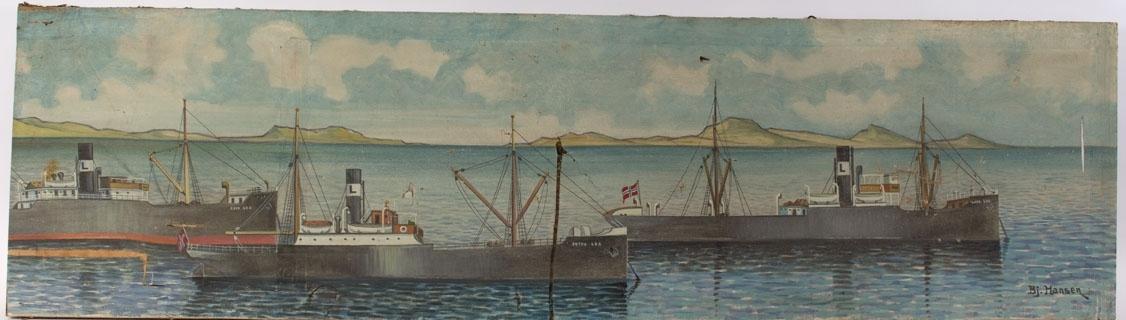 Flerskipsmaleri av Erich Grant Lea´s flåte i to deler. Ser følgende dampskip: ERIK LEA, PETRA LEA og LARS LEA liggende oppankret med holmer og fjell i bakgrunnen. Alle fører norsk flagg i akter.