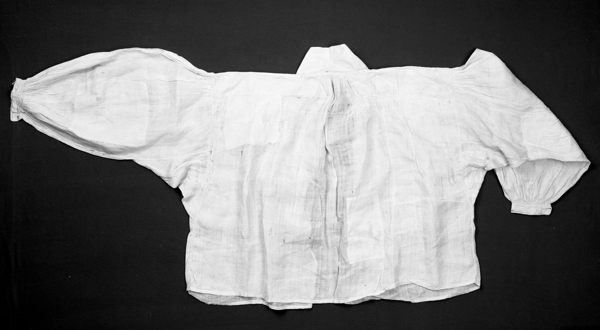 """Broderi på halslinning, ermlinning og skulderstykke, vestmannarenning, klostersøm grunnsøm, musetagger, attersting og knuter. (Utfyllende opplysninger i kort kartotek).  Se også """"Nytt om gammalt"""". 1979. Sømtradisjoner i Sør-Østerdal, av Ragnhild Fossum.   Astrid Meldieseth, givers mor, har brukt denne skjorta som bunadskjorte. og hun har klippet den opp foran, så den ble åpen helt ned.   Denne skjorta er kopiert til kvinneskjorte for Sør-Østerdals festbunad, noe man (1977-78) har gått helt bort fra. Astrid Meldieseth har sagt: """"Det er vel ei karaskjorte der her"""". Ettersom det er en manns-skjorte kopieres den ikke lenger til kvinnebunaden."""