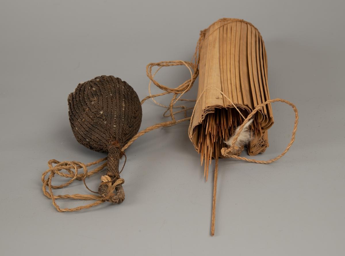 Bomullspose.  Flettet av tynt mørkebrunt garn.   Pæreformet  med en ca. 9 cm. lang stilk med løkke for feste. I den tykke enden har posen en åpning, hvor bomull stikker ut og ble trukket ut til bruk.  Hver pil fikk litt bomull med gift i.  Fotografert sammen med tilhørende pilekogge. AAM.19594.B