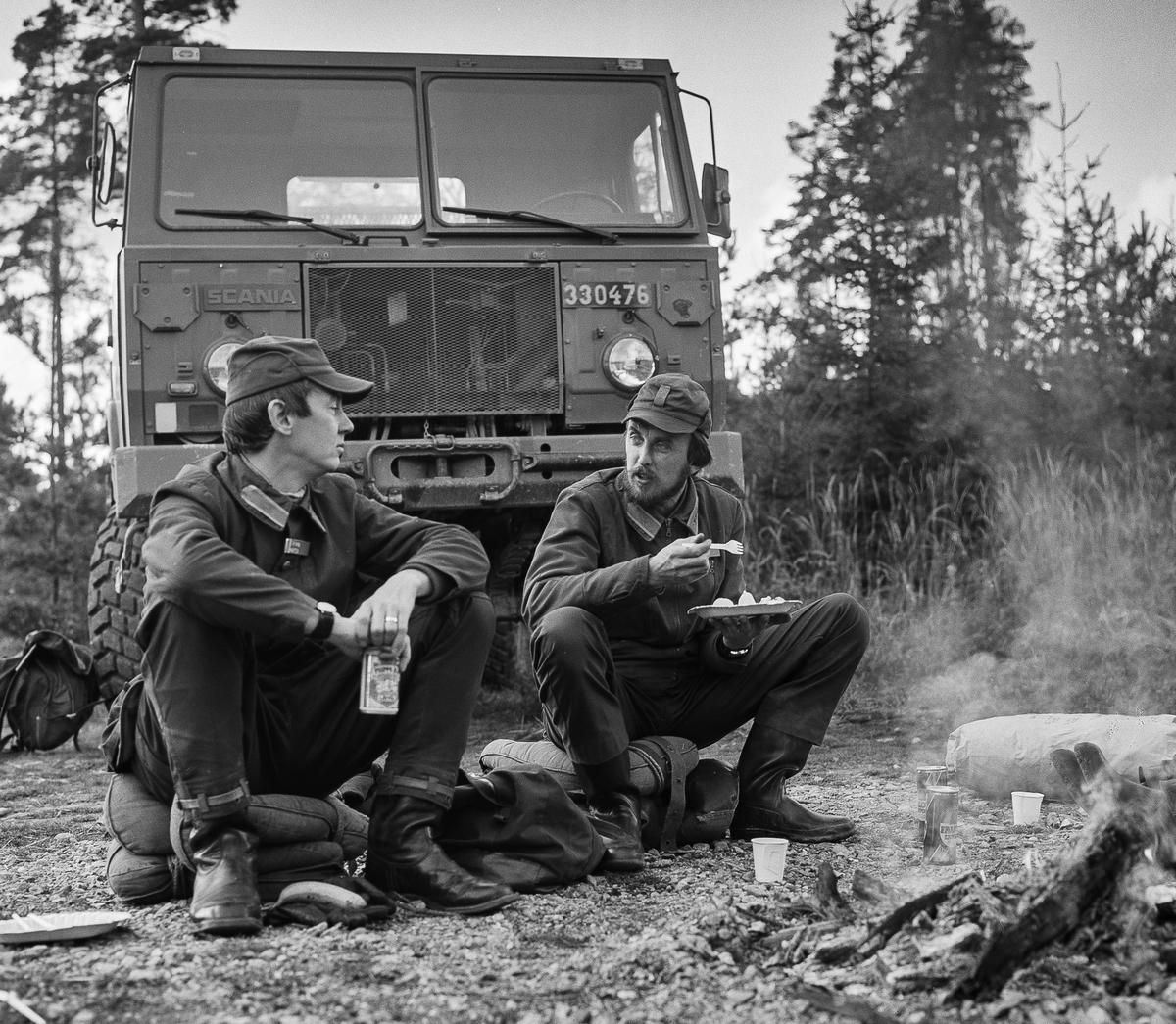 Kompanichefen, major Björn Marten, och kapten Rune Lanzén, tidigare chef Underhållsplutonen, nu på väg till Intendenturutbildning 1 år.  Milregnr: 330476