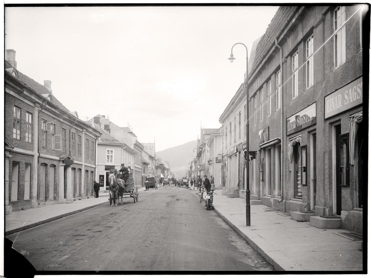 Gatebilde fra Lillehammer, Storgata 56 og 55 sett nordover, hest og vogn, biler, folk
