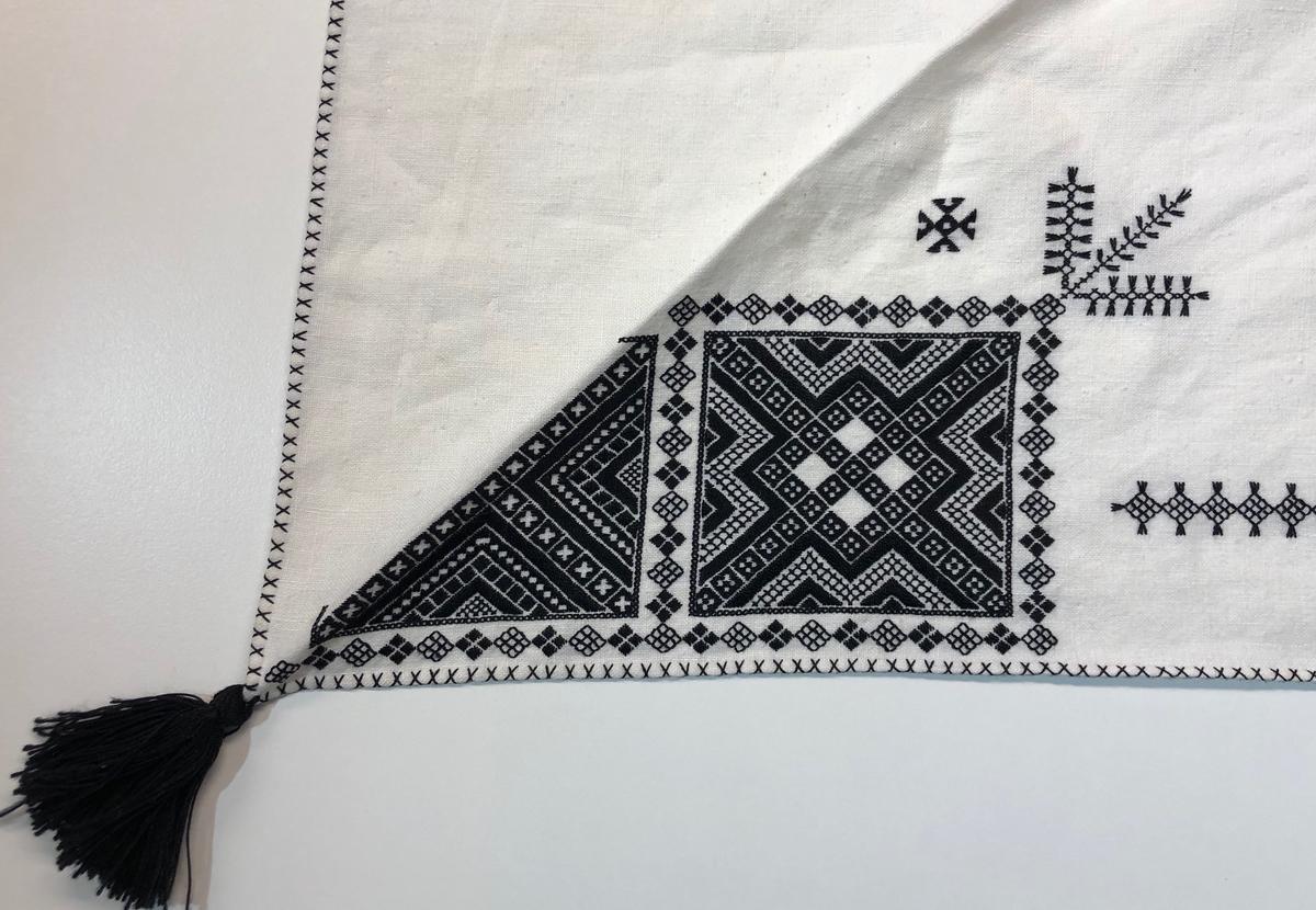 Geometriskt mönster i kvadrater i hörnen. Två bårder mellan kvadraterna på ryggsnibb och framsnibbar.  På ryggsnibben tre kvadrater  och en  enkel spira samt märkning med årtal och initialer.  På varje framsnibb en kvadrat och en trekant. Sex ornament