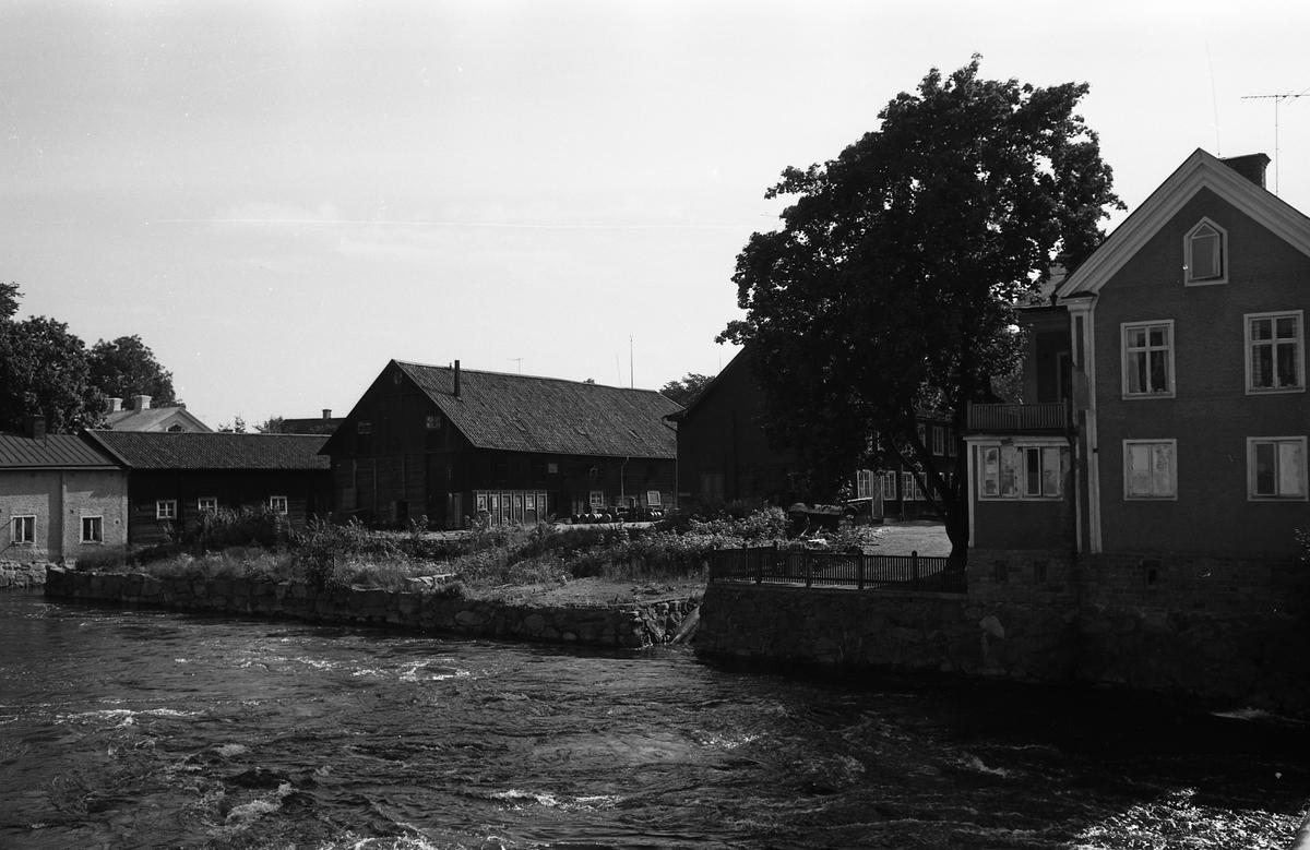 """Garvaregården. Högt vatten i Arbogaån. Fotografen har angivit att bilden ingår i """"Dokumentation av fastigheter söder och norr om ån. Bilder och beskrivningar finns på Arboga Museum""""."""