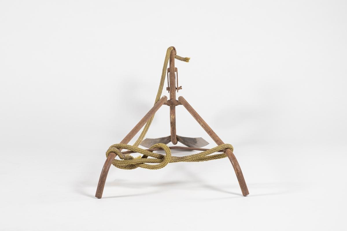 Radrenser med ett skjær, dybdehjul og to styrearmer. I stangen som hjulet sitter på er det en krok i enden som et tau er festet i.