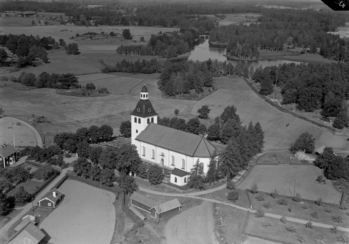 Nuvarande kyrka i Vårdnäs stod färdig i slutet av år 1796. I början av året hade långhuset till en föregångare rivits och det nya kyrkorummet restes på grunderna av den gamla kyrkan och anslöts mot tornet som stått färdigt sedan ett trettiotal år. Arbetet leddes av den välrenommerade byggmästaren Casper Seurling.