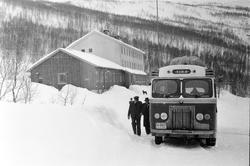 Buss ved Gratangen Turiststasjon (TIRB - Troms innland ruteb