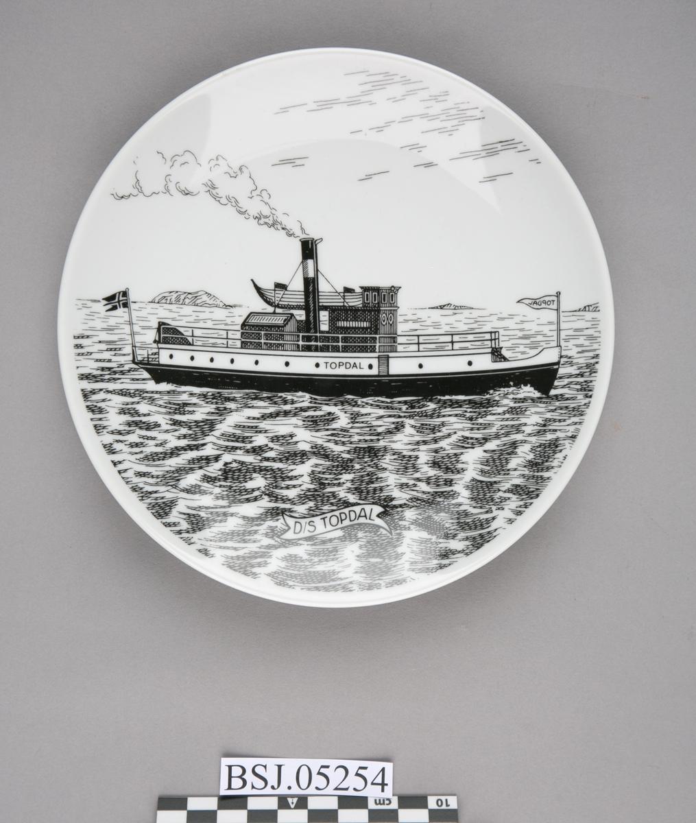 Platte med motiv av DS TOPDAL under fart i åpen sjø.