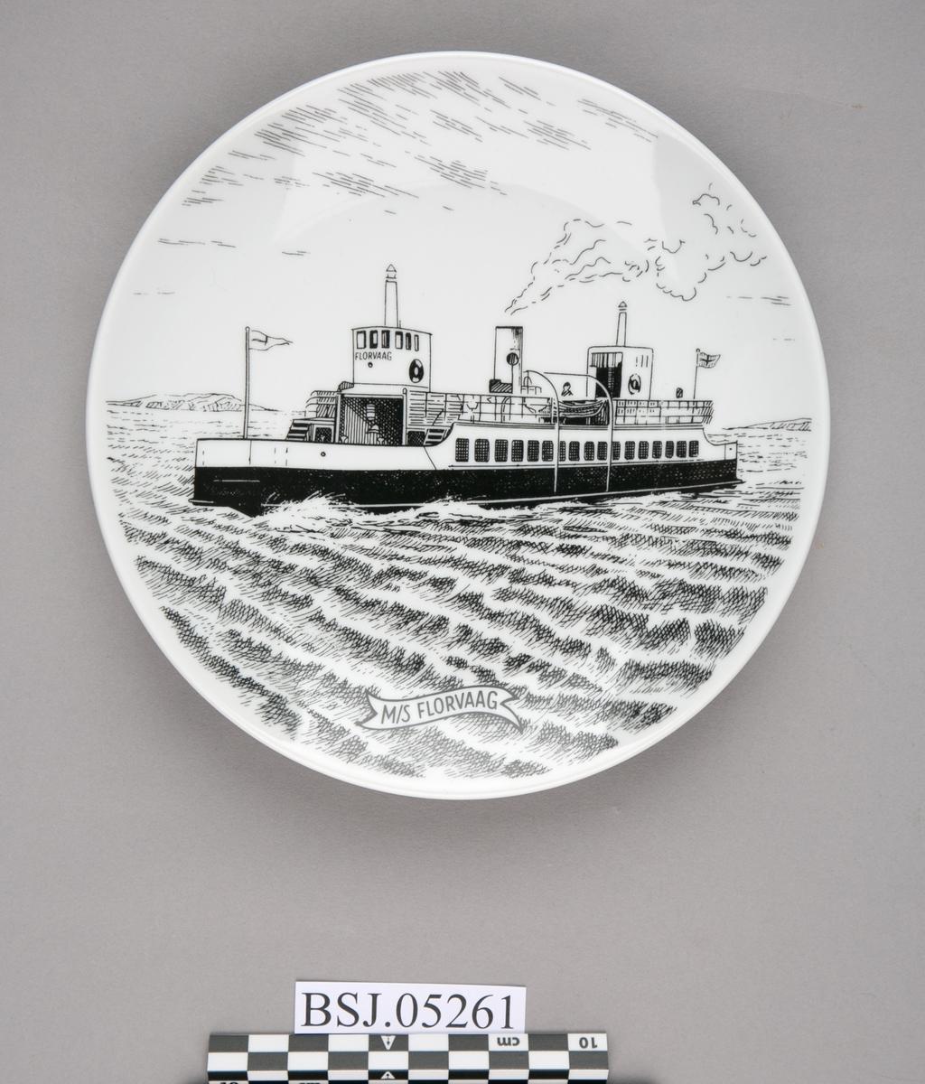 Platte med motiv av MS FLORVAAG under fart i åpen sjø.