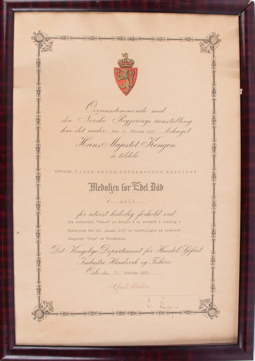 Diplom fra Hans Majestet Kongen tildelt Simon A. J. Kausland i glass og ramme.