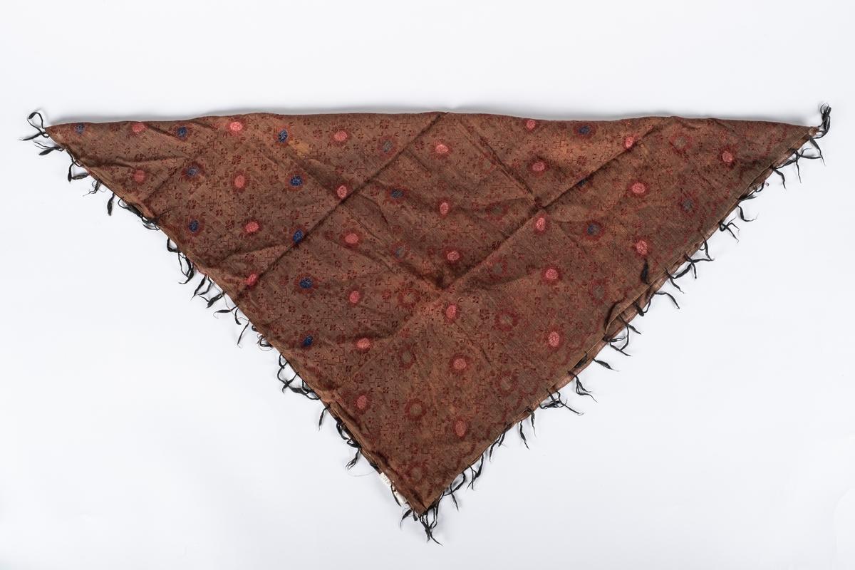 Brunt damaskvevet sjal med frynser. Sjalet har rosa og blått  blomstermønster.