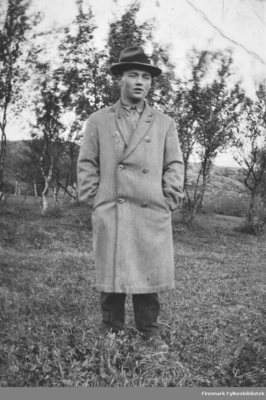 Portrett av Samuel Ole Iversen, iført frakk og hatt. Bildet er tatt på Barsnes i Nesseby i nærheten av barndomshjemmet hans.
