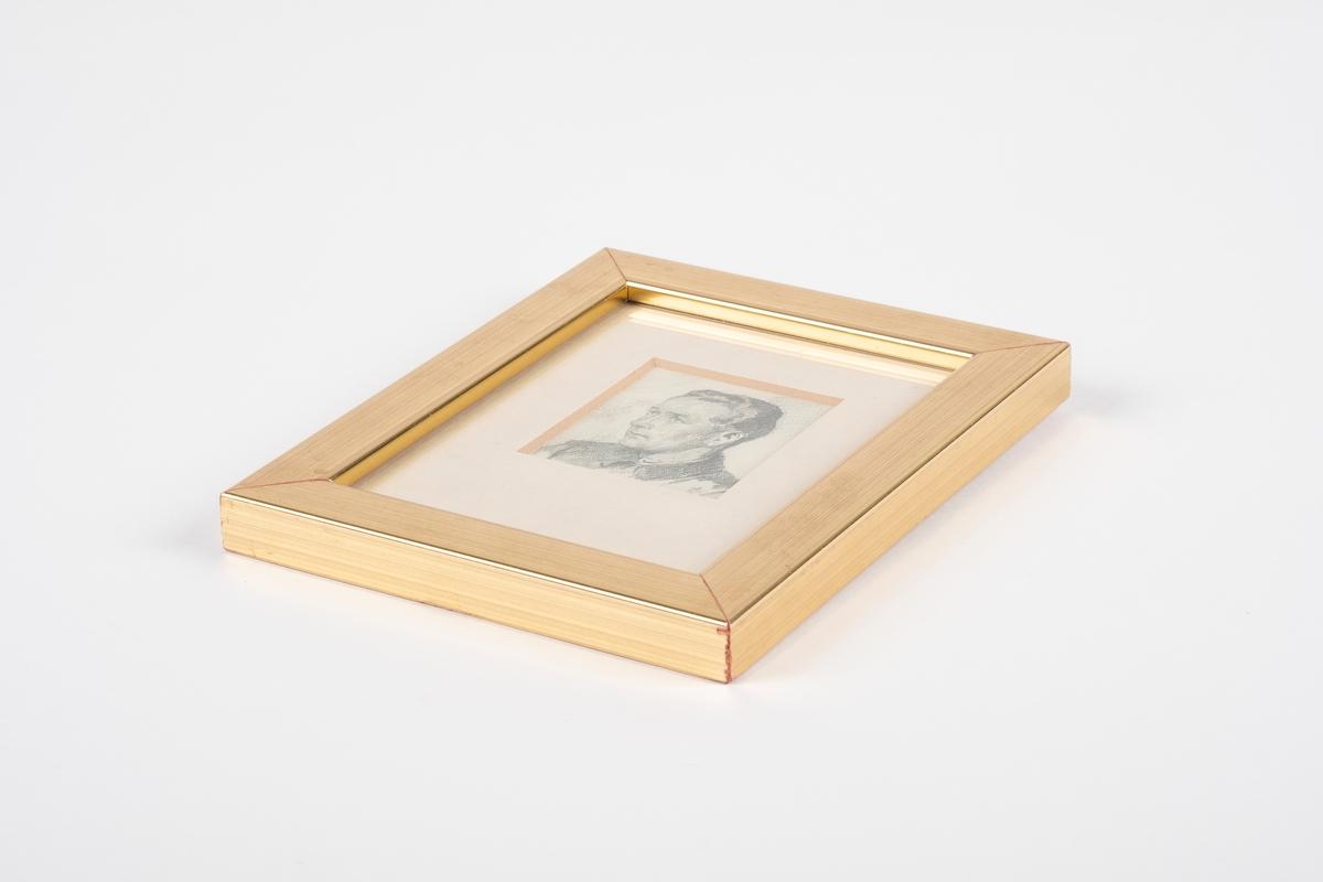 Et portrett av en mann i en gullfarget treramme med glass. Portrettet er skissert med blyant. På baksiden er det ståltråd for oppheng.