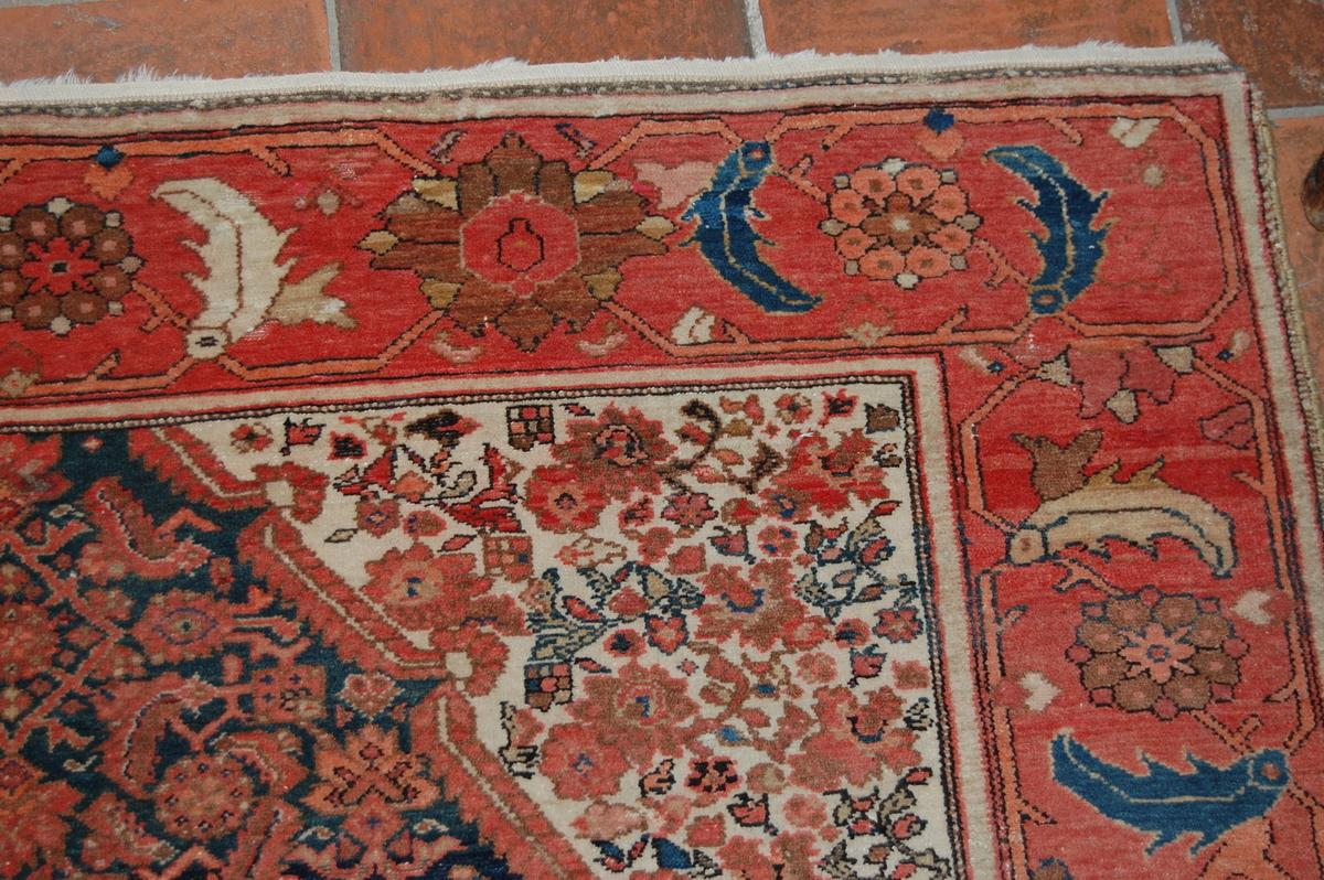 Fehragan (Iran), antikt. Midtfeltet en avkuttet rombe på mørk bunn, trekanter på lys bunn i hjørnene. Bred kantbord.