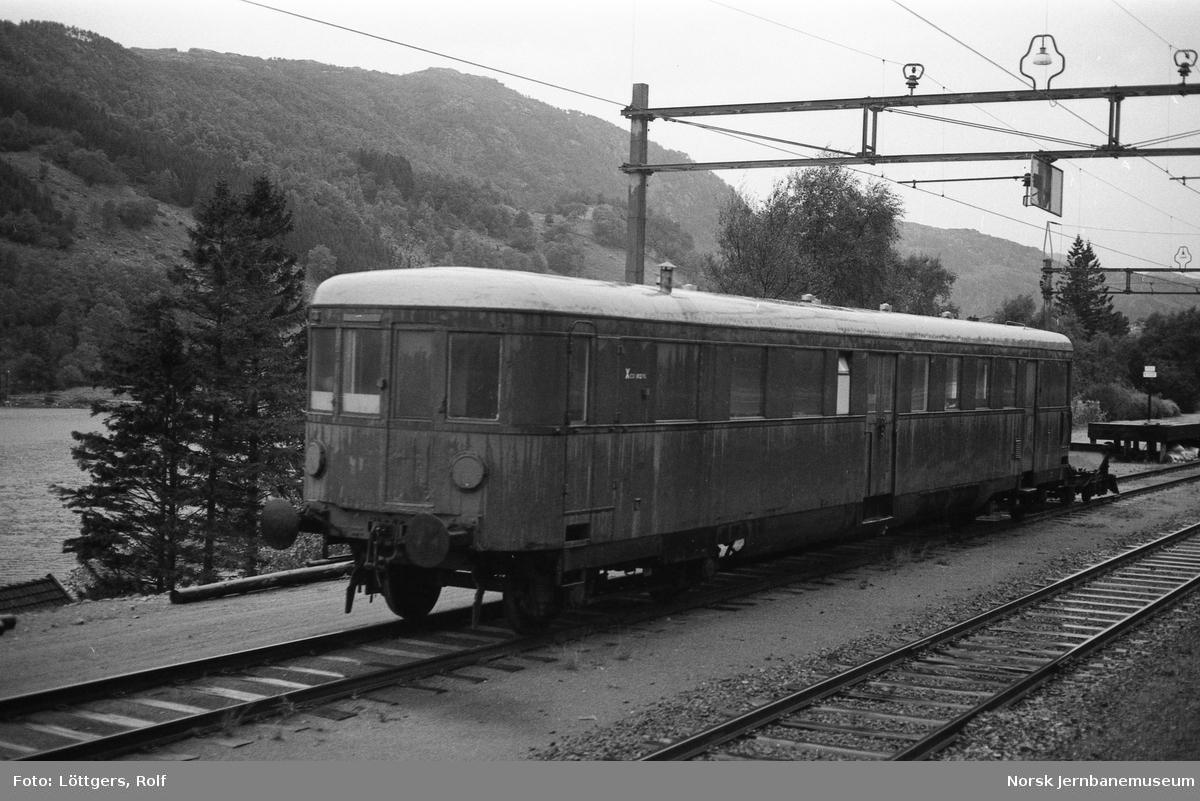 Internvogn XCo 18296, tidligere motorvogn BMDo10a, på Heskestad stasjon.