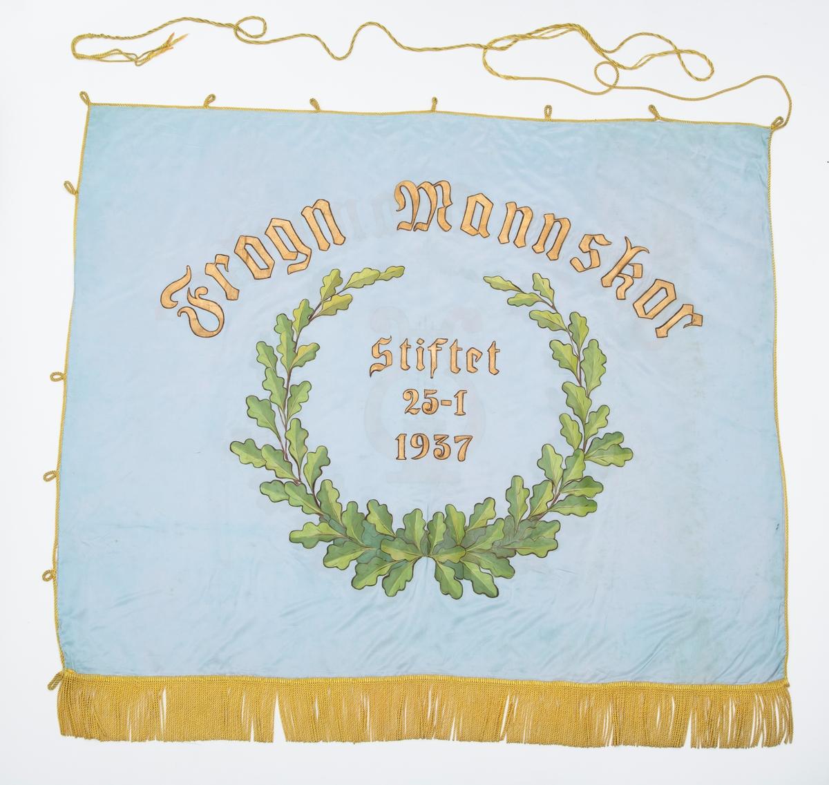 Lyseblå banner med eikebladmotiv. Gule frynser, bardunsnor og dusker. A. Banner B. Styresnor C. Bardunsnor D. Bandolær E. Bærestang (topp del) F. Bærestang (nederste del) G. Råstang