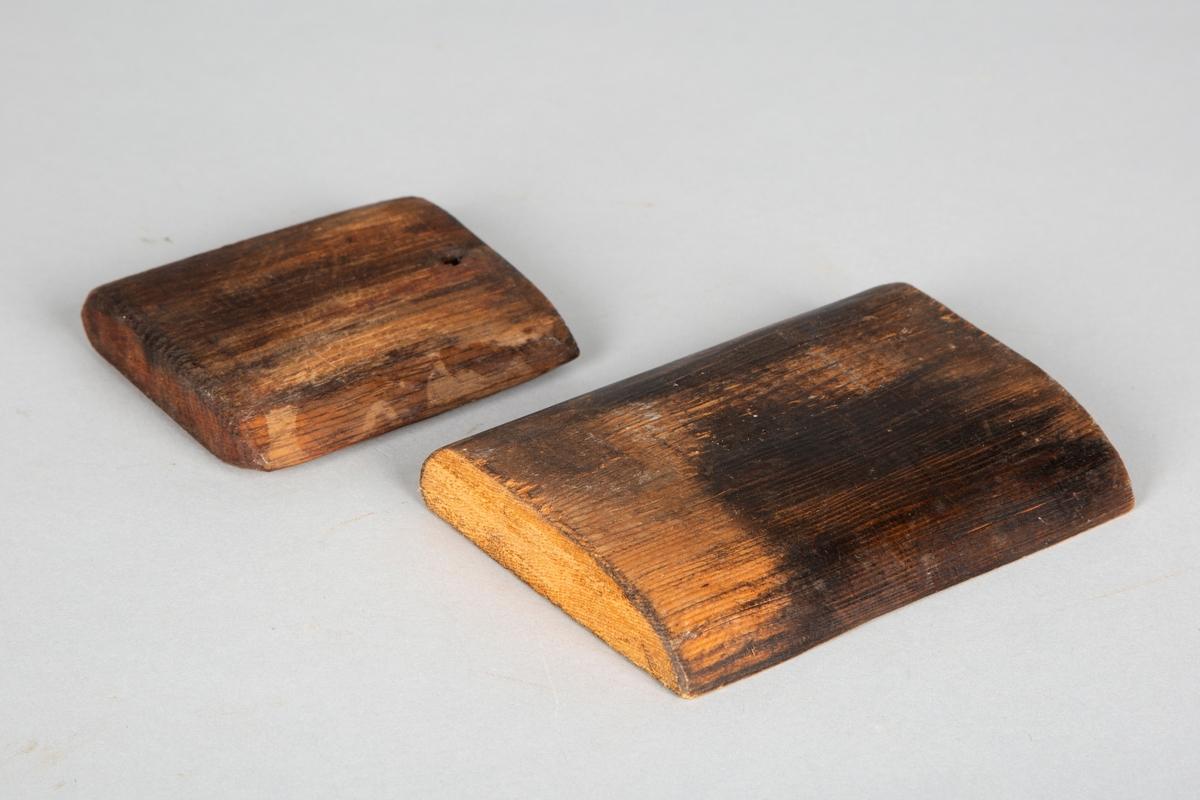 To kavler laget i tre.  Kavlene er i ulik størrelse, den minste har hull i ene kortenden.